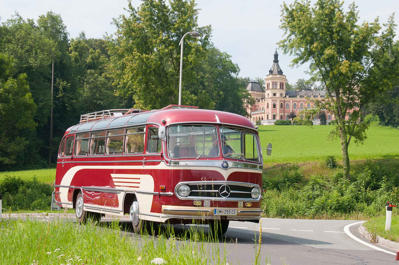 Oldtimerbus vor Schloss Traunsee 2340 x 1554