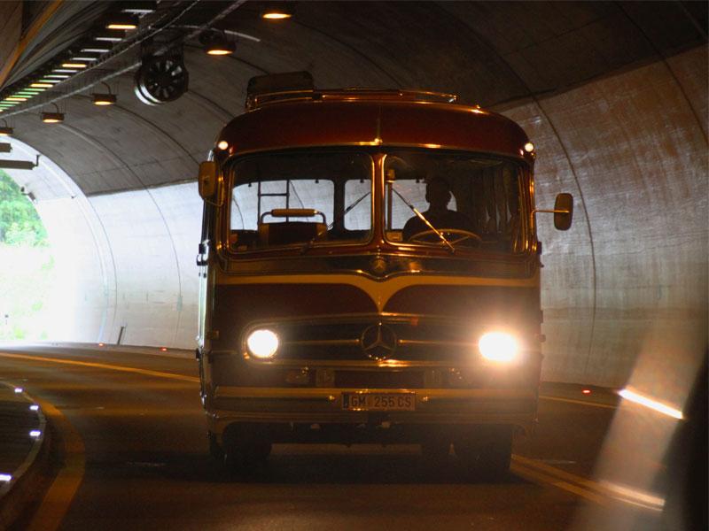 oldtimerbus-tunnelfahrt